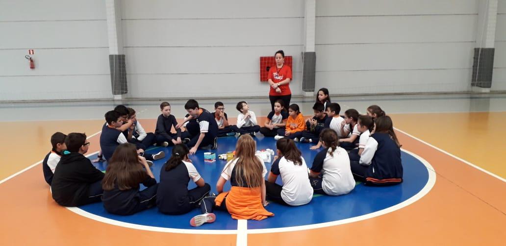 Disciplina de Educação Física do Colégio Guairacá faz resgate das brincadeiras antigas