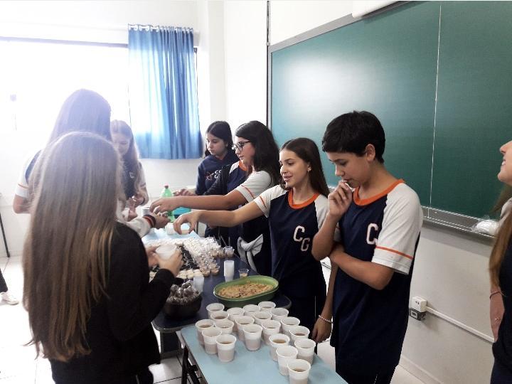 Turma do 8º ano do Colégio Guairacá estuda sobre a cultura africana no Brasil
