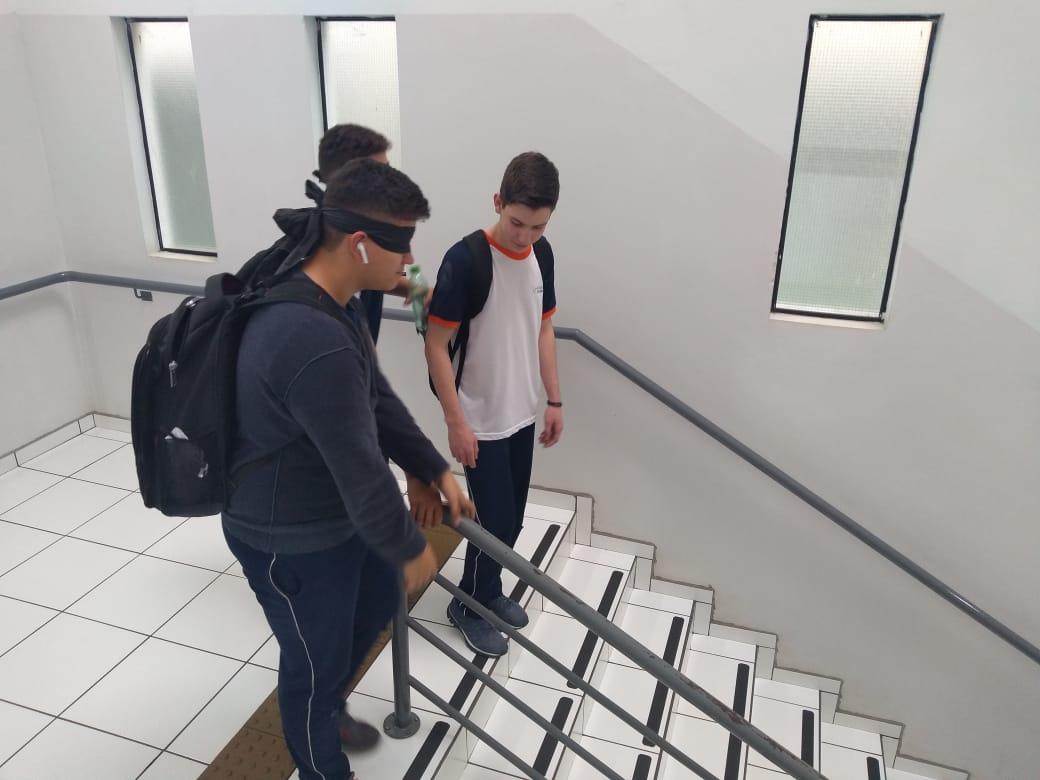 Em atividade, alunos vivenciam dificuldades enfrentadas por deficientes visuais no dia a dia