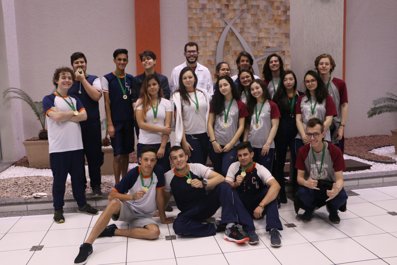 Alunos do Colégio Guairacá recebem medalha de participação no Projeto Planeta Reciclável