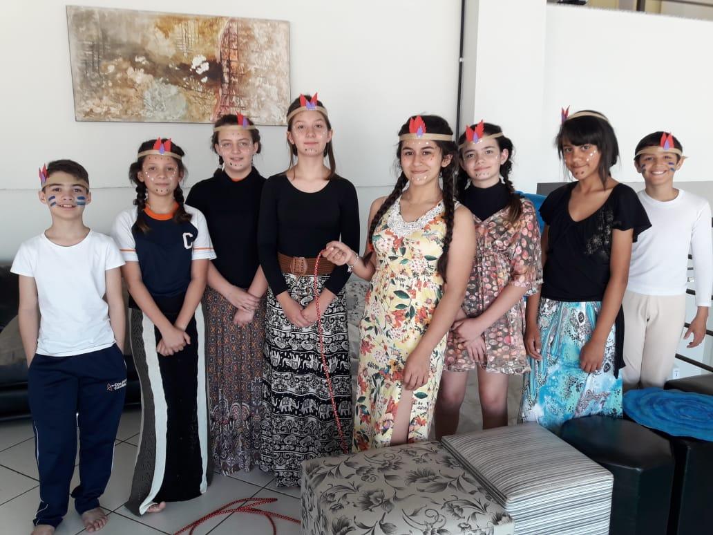 Alunos do Colégio Guairacá organizam peças teatrais sobre tribos indígenas
