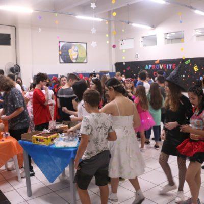 Estudantes se divertem em baile de Carnaval no Colégio Guairacá