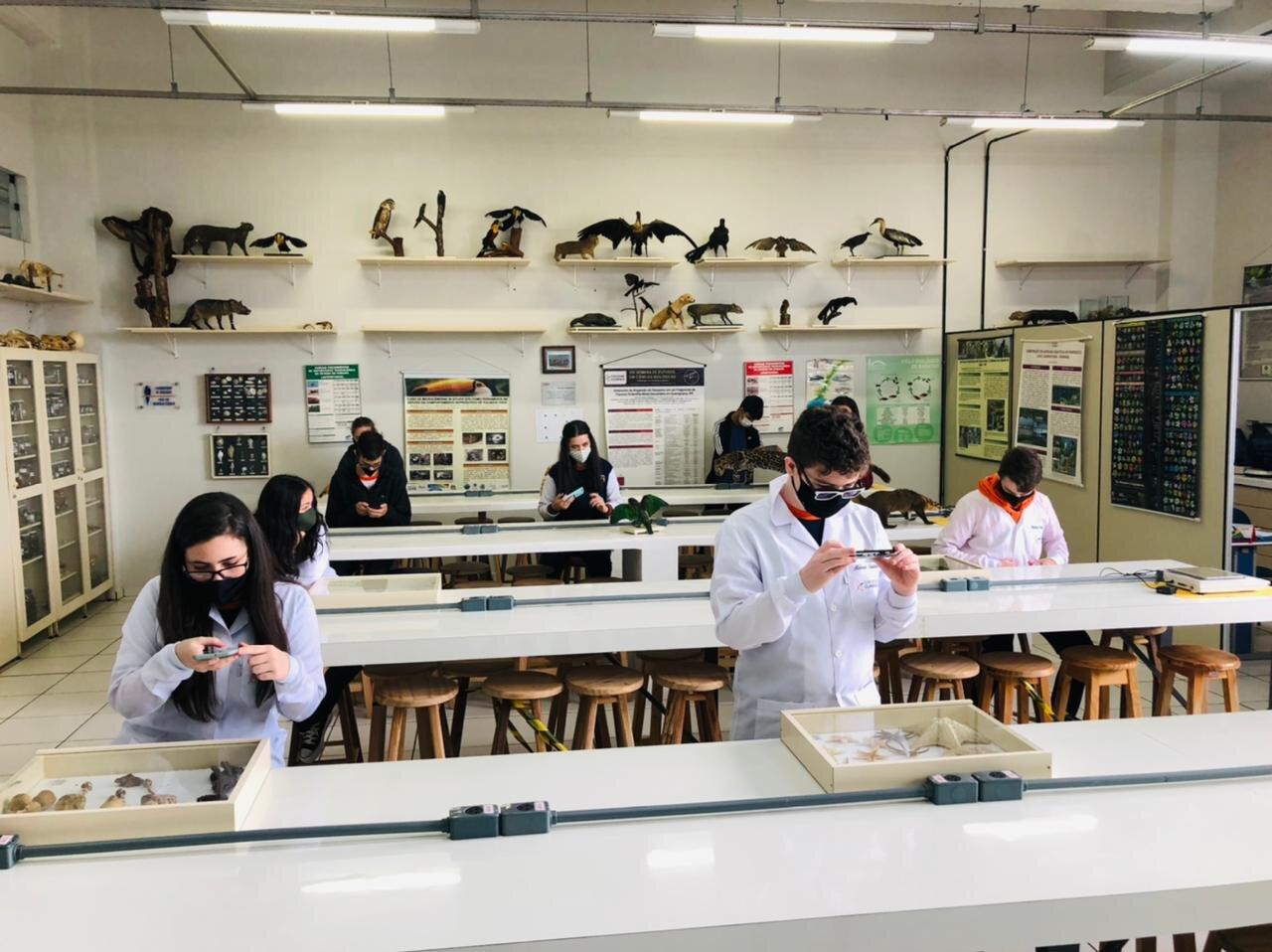 Seguindo protocolos de segurança, estudantes realizam primeiras atividades práticas no ano