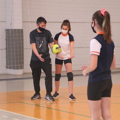 Colégio Guairacá oferece aulas de vôlei para crianças e jovens da comunidade