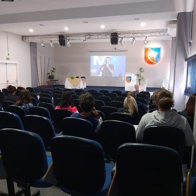 Alunos do ensino médio do Colégio Guairacá participam de aulão do ENEM
